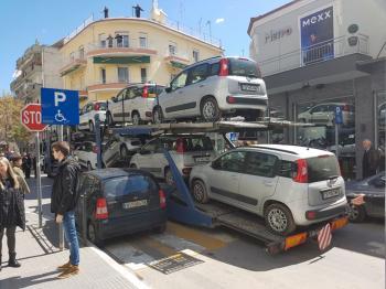 Κυκλοφοριακό «έμφραγμα» στο κέντρο της Βέροιας από νταλίκα