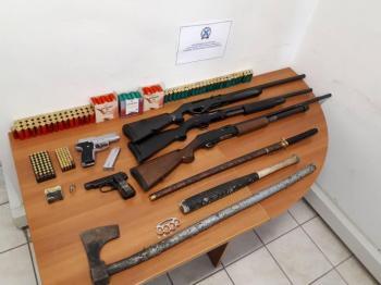 Συνελήφθησαν 48χρονος και ο 26χρονος γιος του για παράνομη κατοχή όπλων και φυσιγγίων