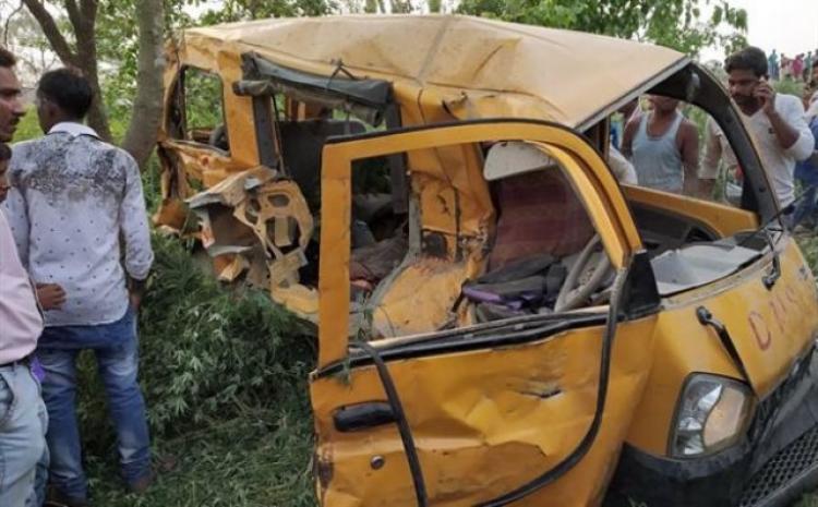 Σύγκρουση τρένου με σχολικό λεωφορείο με 13 παιδιά νεκρά στην Ινδία