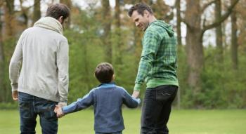 Σε τι διαφέρει αλήθεια η αναδοχή, από την υιοθεσία παιδιών στους ομοφυλόφιλους;
