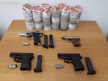 Σε στοχευμένους ελέγχους για παράνομη κατοχή όπλων κατασχέθηκαν 25 πιστόλια και 4.000 σφαίρες