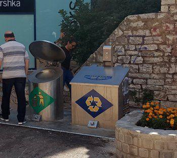 O πολιτισμένος τρόπος ανακύκλωσης και αποκομιδής απορριμμάτων στο αστικό κέντρο των πόλεων