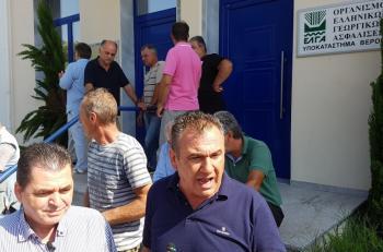 Συγκέντρωση διαμαρτυρίας πραγματοποίησαν αγρότες της Ημαθίας στο υποκατάστημα του ΕΛΓΑ Βέροιας σήμερα το πρωί