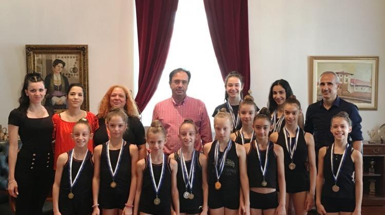 2b83ddc6873 Αθλήτριες της Ρυθμικής Γυμναστικής του Φιλίππου στο Δήμαρχο Βέροιας ...