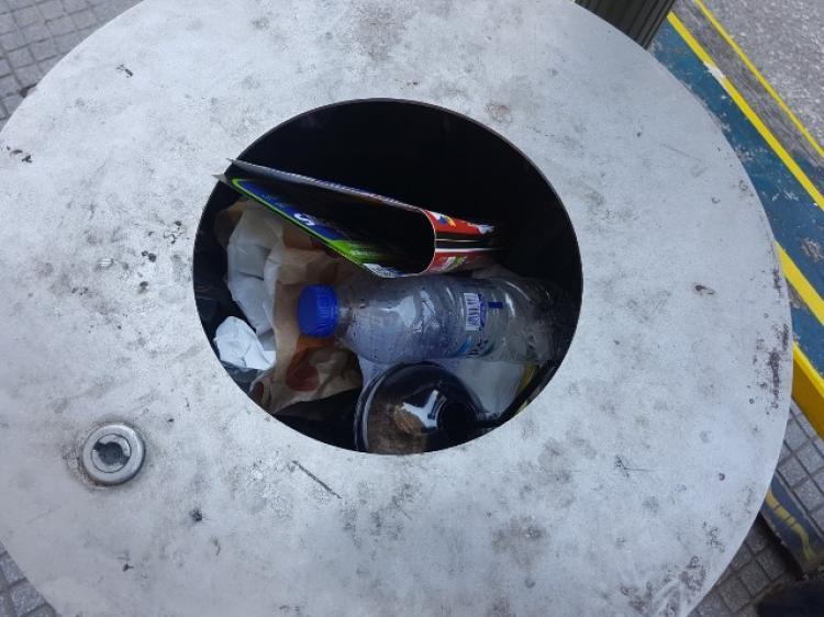 Κάδοι απορριμμάτων και όχι ανακύκλωσης