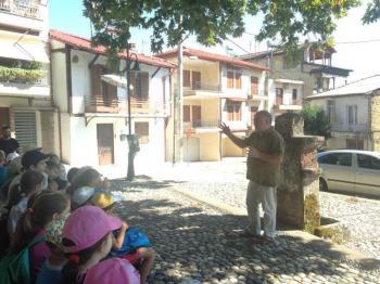 Ξενάγηση μαθητών των Εργαστηρίων Δημιουργικής Απασχόλησης της Βιβλιοθήκης της ΕΛΠΝ στις παραδοσιακές γειτονιές της Νάουσας